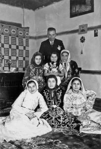 Dedem İbrahim Akdoğan- yerde oturan beyaz giysili kız annem